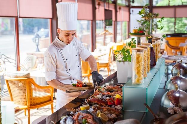 Cocinar mariscos en un restaurante.