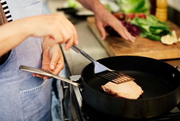 Cocinar pareja senior concepto de unidad