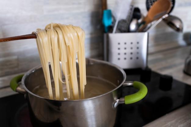 Cocinar la pasta en casa en una olla.