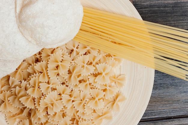 Cocinar pasta con tomate, mesa de cocina