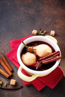 Cocinar peras al vino con especias