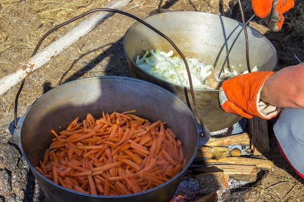 Cocinar plov en el caldero. sólo la carne en el caldero.