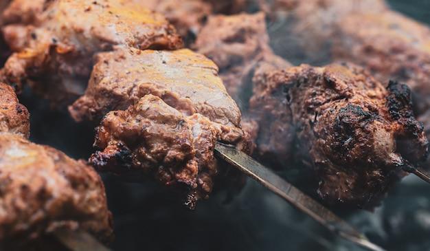 Cocinar shashlik. asar cerdo en carbón