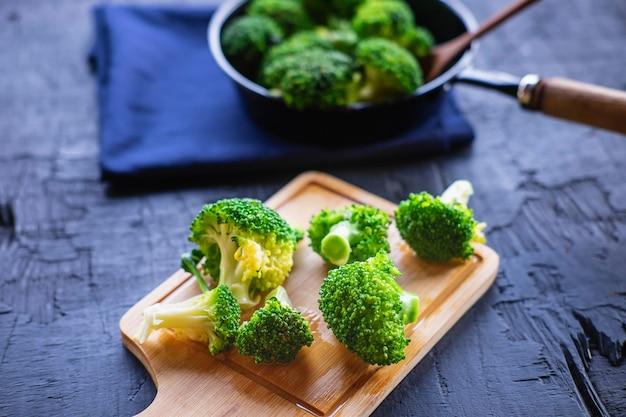 Cocinar verduras frescas de brócoli alimentos saludables
