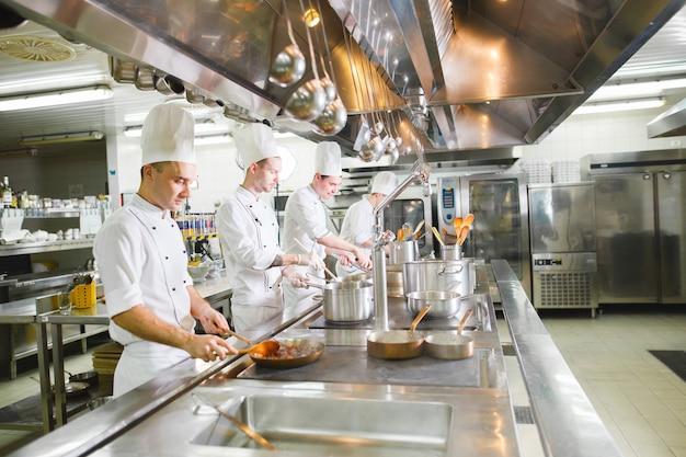 Cocinera cocina en un restaurante.