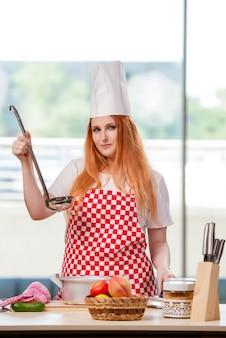 Cocinera pelirroja trabajando en la cocina