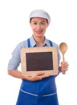 Cocinero, ama de casa que muestra la pizarra en blanco de la muestra del menú o muestra en blanco.