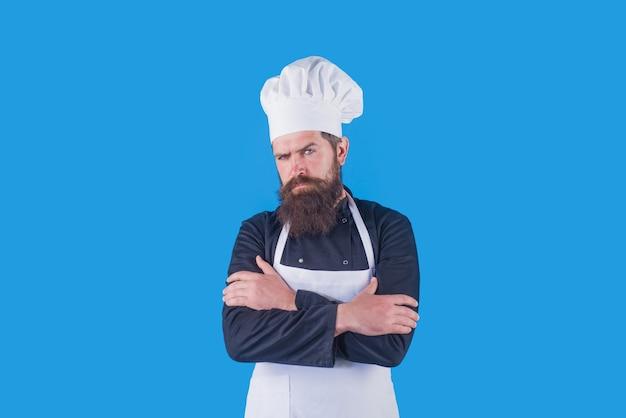 Cocinero. chef barbudo serio. cocinando. utensilios de cocina. chef barbudo en uniforme. batería de cocina. cocinera. cocina. comida. aislado.