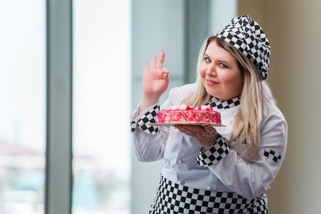 Cocinero de la mujer joven que prepara el postre cak