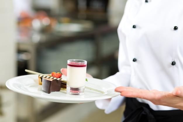 Cocinero, pastelero, en la cocina del hotel o restaurante.