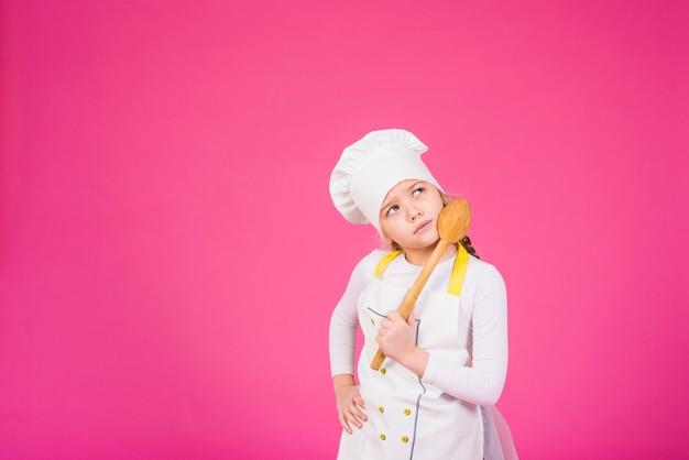 Cocinero pensativo de la muchacha que se coloca con el cucharón