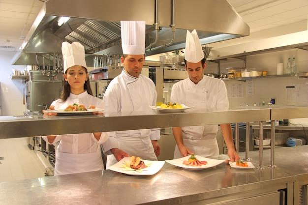 Cocineros en la cocina de un restaurante.