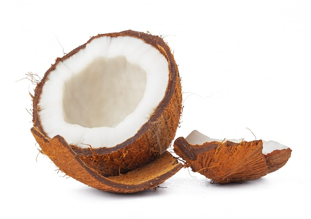 Coco agrietado listo para comer, sobre fondo blanco.