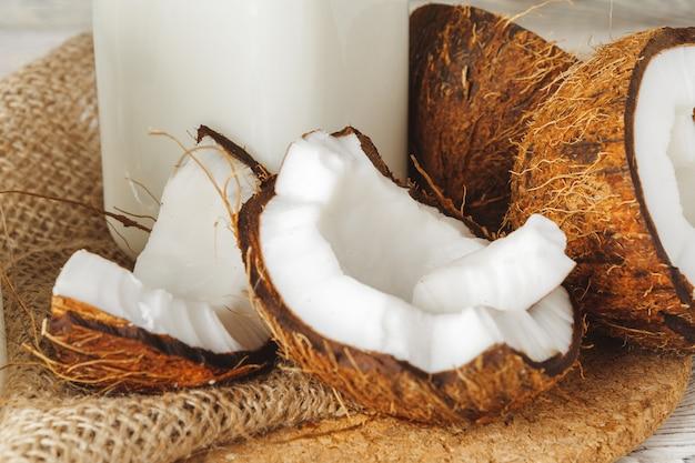 Coco y leche de coco en la mesa de madera rústica