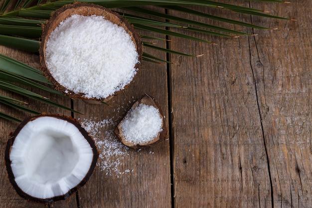 Coco en mesa de madera.