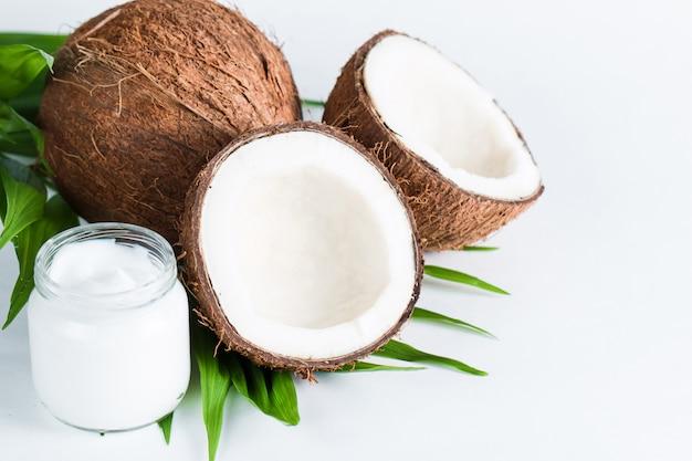 Coco sobre fondo blanco