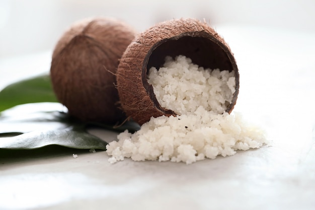 Coco sobre superficie de mármol claro