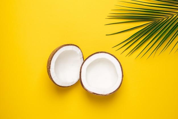 Coco tropical y palmera en amarillo