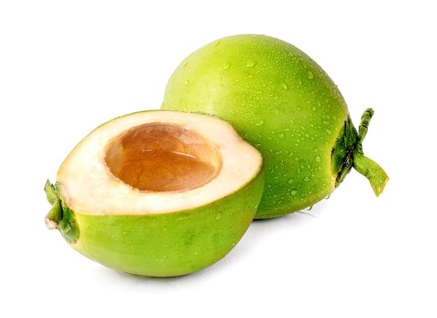 Coco verde gota de agua aislado en blanco