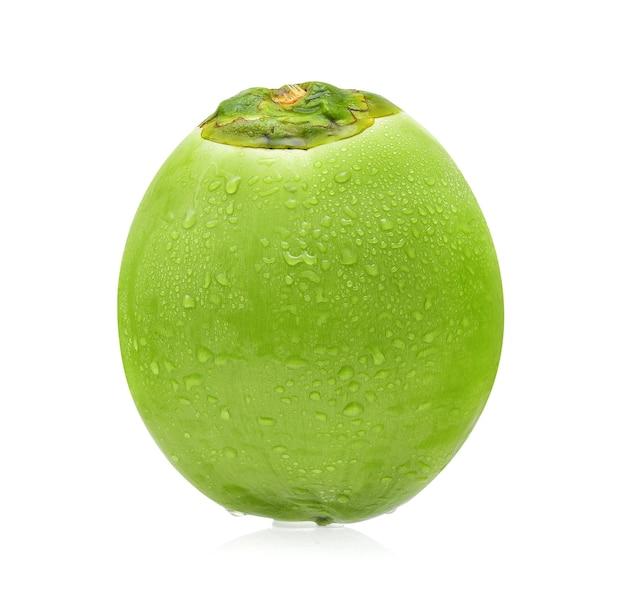 Coco verde con gota de agua aislado sobre fondo blanco.