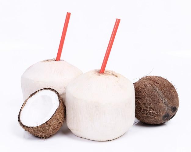 Cocos frescos y cócteles de coco.