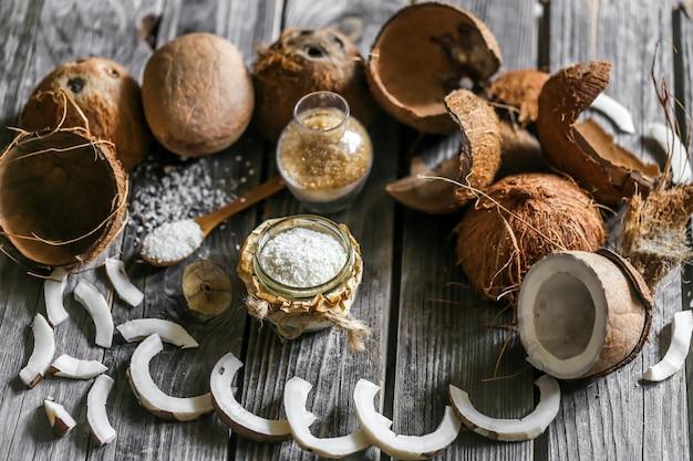 Cocos frescos rotos en la pared de madera