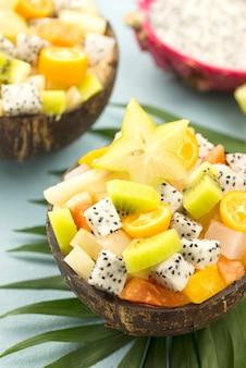 Cocos rellenos de ensalada de frutas alta vista