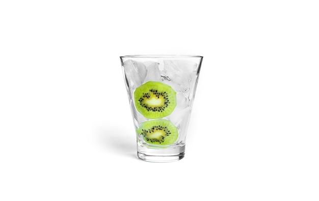 Cóctel aislado en blanco. hielo con kiwi en vidrio aislado.