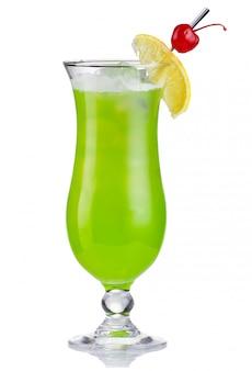 Coctel de alcholol verde en huracán aislado