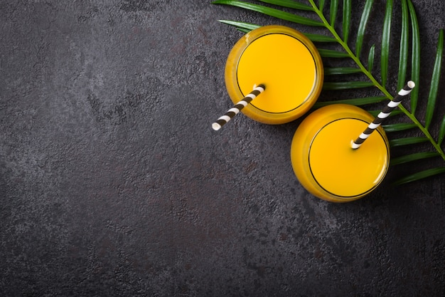 Cóctel alcogólico de piña tropical sobre un fondo negro