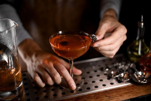 Cóctel de alcohol con aceituna dentro
