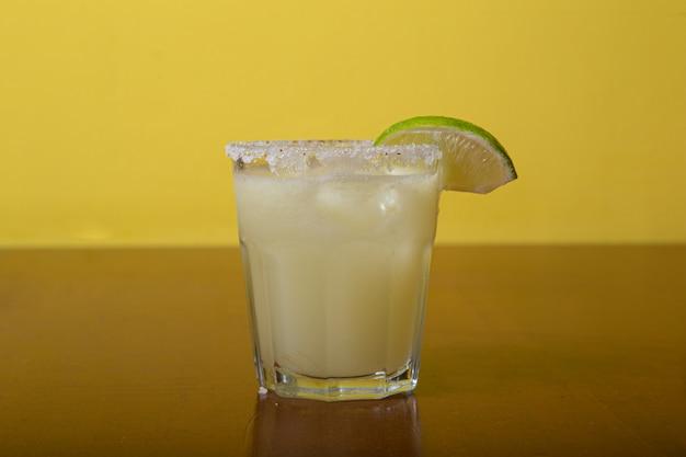 Cóctel de alcohol exótico casero, margarita
