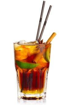 Coctel de alcohol con frutas de lima y anís estrellado aislado.