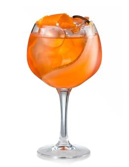 Cóctel de alcohol de frutas con pera y rodaja de naranja aislado