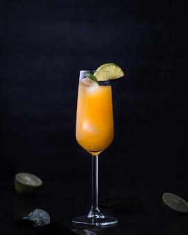 Cóctel con alcohol y jugo de naranja.