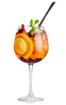 Cóctel de alcohol con menta fresca y frutas aisladas
