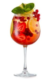 Coctel de alcohol con menta fresca, frutas y bayas aisladas