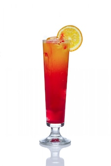 Cóctel de alcohol naranja wi naranjo cóctel de alcohol con licor de fresa y hielo decorado con limón.