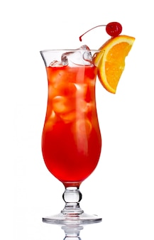 Cóctel de alcohol rojo con rodaja de naranja aislado