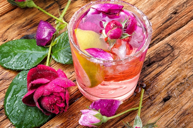 Cóctel bajo en alcohol con rosa