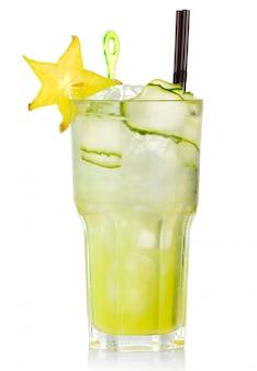 Coctel de alcohol verde con fruta carabola aislado