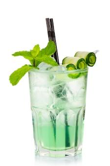 Coctel de alcohol verde con menta fresca y pepino aislado