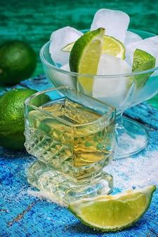 Cóctel alcohólico con adiciones de lima.