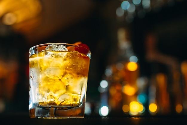 Cóctel alcohólico en el bar.