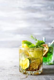 Cóctel alcohólico de cítricos de verano con naranja, menta y pepino.