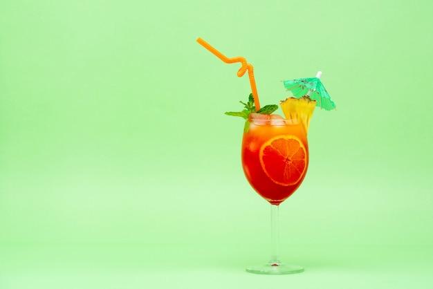 Cóctel alcohólico colorido en el vaso