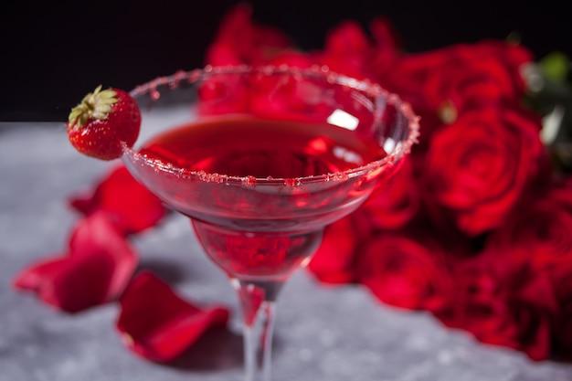 Cóctel alcohólico exótico rojo en vidrio transparente