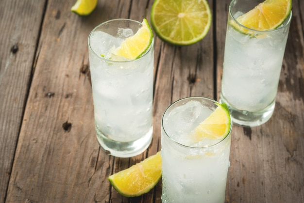 Cóctel alcohólico con lima