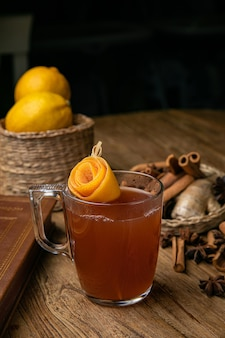 Cóctel alcohólico con limón en una mesa de madera