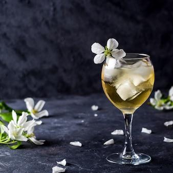 Cóctel alcohólico de manzana con vino espumoso en copa